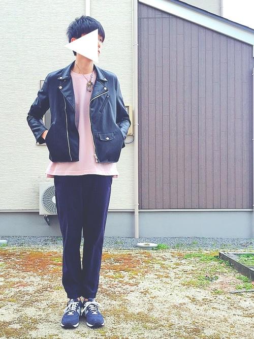 ライダースジャケット×ピンクカットソー×ジョガーパンツ