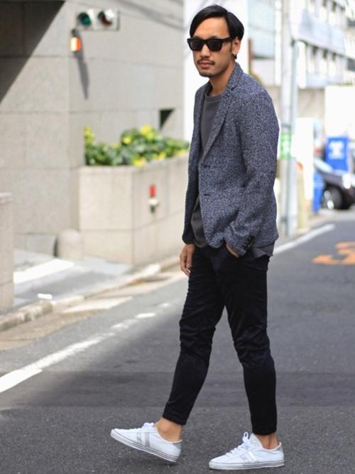 グレージャケット×グレーTシャツ×黒パンツ