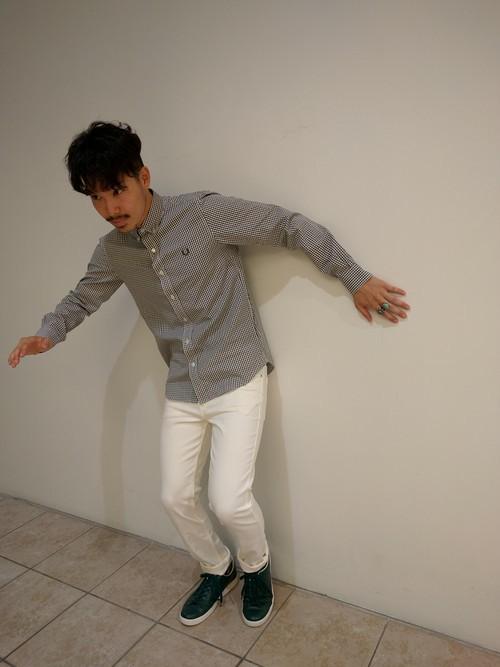 グレーシャツ×白パンツ