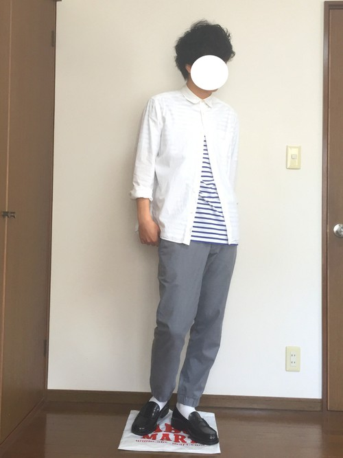 白シャツ×ボーダーTシャツ×スラックス