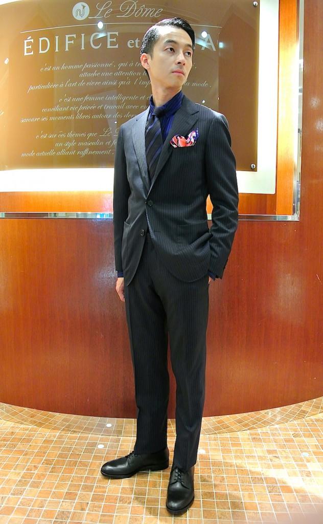 ストライプスーツ×青シャツ×レジメンタルネクタイ×革靴