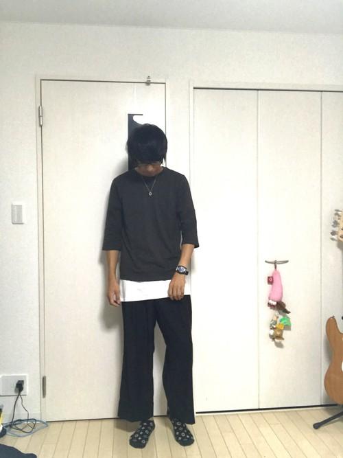 黒Tシャツ×白Tシャツ×ワイドパンツ