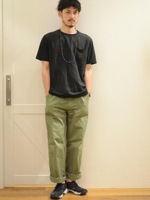 黒ポケットTシャツ×カーキパンツ