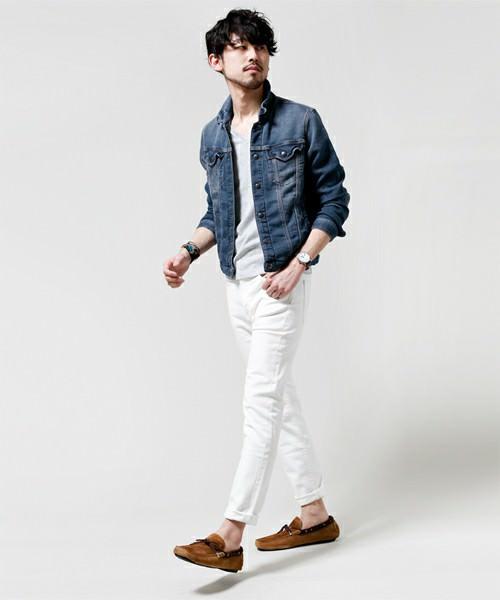 デニムジャケット×グレーカットソー×白パンツ