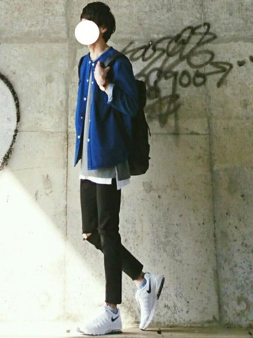 ブルーシャツ×グレーTシャツ×黒パンツ