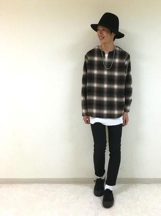 チェックスキッパーシャツ×白カットソー×黒パンツ