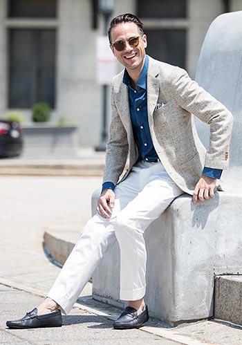 ベージュジャケット×デニムシャツ×白パンツ