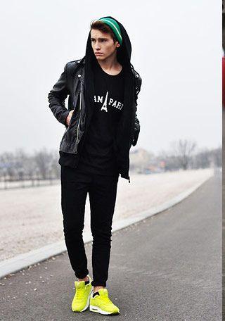 ライダースジャケット×黒カットソー×黒パンツ×黄色スニーカー