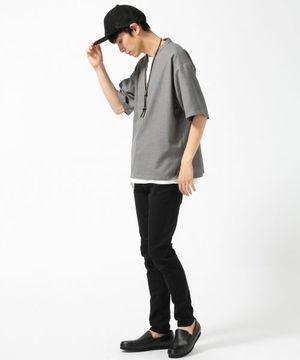 グレースキッパーシャツ×白カットソー×黒パンツ