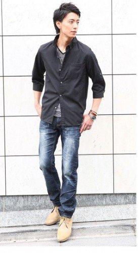黒シャツ×ボーダーカットソー×デニム