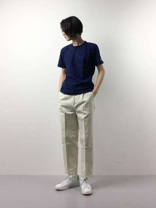 デニムTシャツ×白のコットンパンツ
