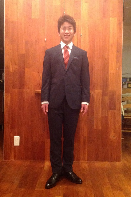 ブラックスーツ×赤ネクタイ