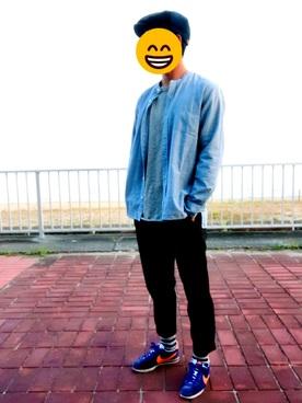 デニムシャツ×グレーカットソー×黒パンツ