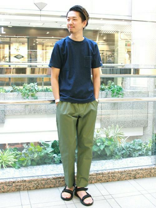 デニムTシャツ×カーキのミリタリーパンツ