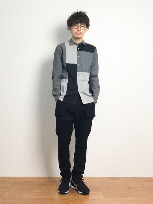 切り替えデザインシャツ×黒パンツ