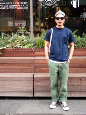 ネイビーTシャツ×カーゴパンツ