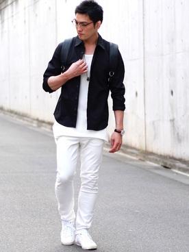 黒シャツ×白カットソー×白パンツ