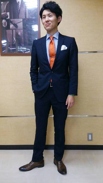 ストライプスーツ×オレンジネクタイ