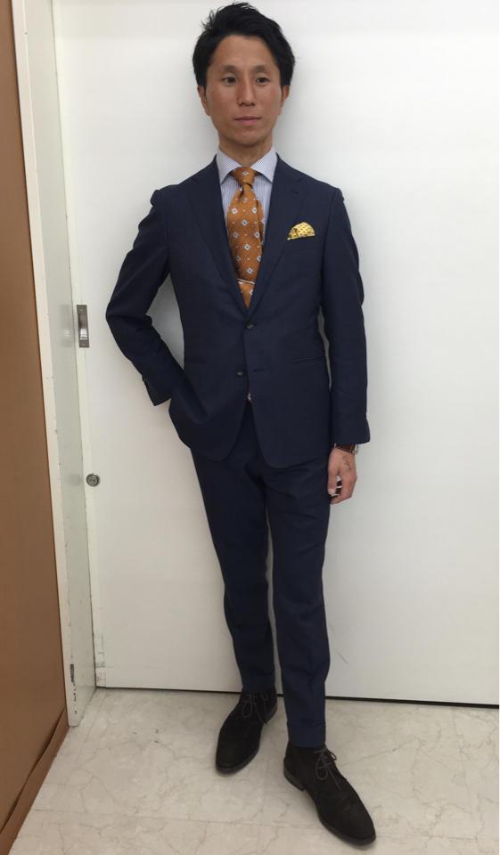 ネイビースーツ×水玉ネクタイ