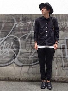 黒シャツ×白カットソー×ジョガーパンツ