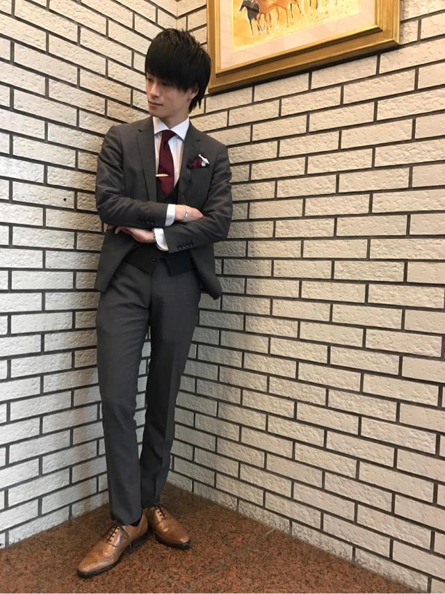 グレースーツ×赤ネクタイ