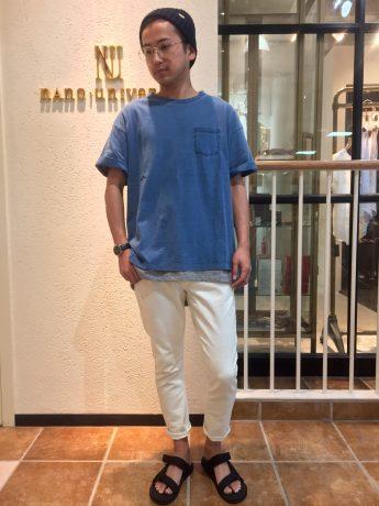 デニムTシャツ×ホワイトのアンクルパンツ