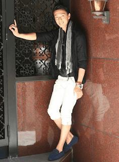 ストール×黒シャツ×白パンツ