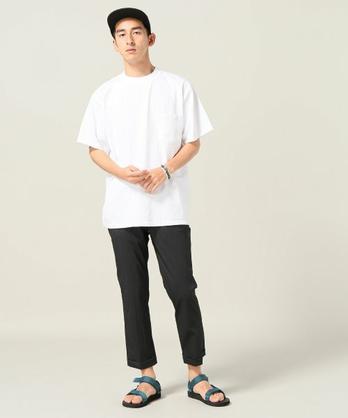 白モックTシャツ×黒アンクルパンツ