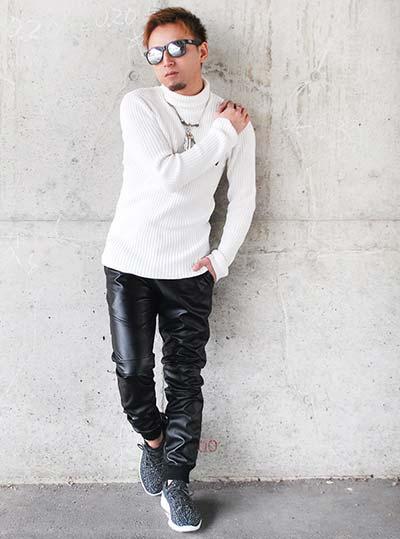 白ニットソー×黒パンツ