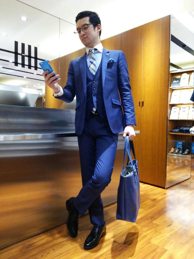 ブルースーツ×チェックネクタイ