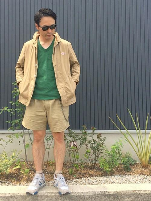 グリーンVネックTシャツ×ベージュセットアップ