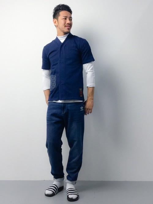 青シャツ×白インナー×スウェットパンツ
