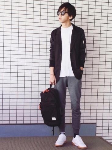 黒テーラードジャケット×白T×ジョガーパンツ