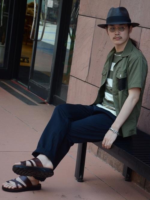 麦わら帽子×カーキシャツ×ボーダーT×ネイビーパンツ