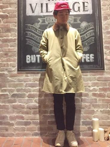 ベージュステンカラーコート×黒スキニーパンツ