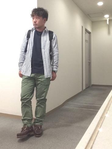 ストライプシャツ×無地T×カーゴパンツ