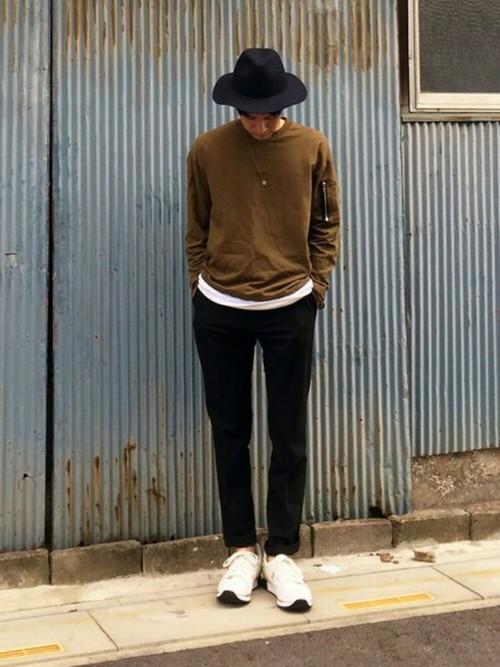 ブラウンT×黒パンツ