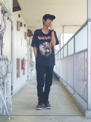 黒T×黒パンツ