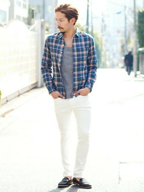 青チェックシャツ×グレーT×白パンツ
