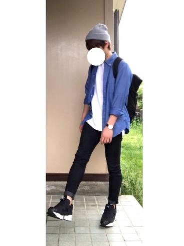 青シャツ×白T×黒パンツ