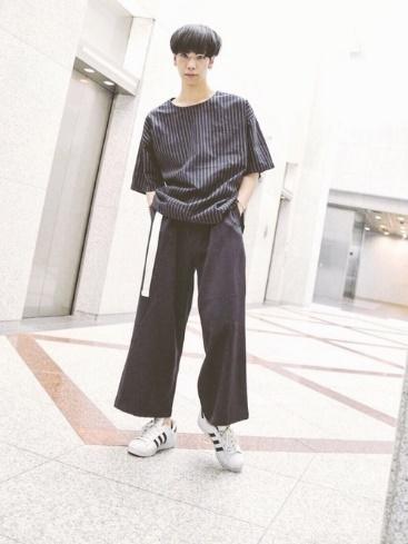 ネイビーストライプTシャツ×ワイドパンツ