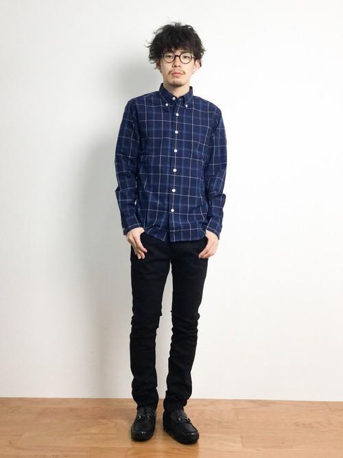 ブルーチェックシャツ×黒パンツ