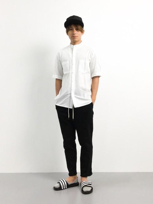 キャップ×白シャツ×黒パンツ