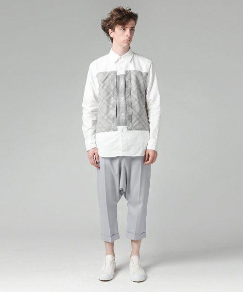グレーサルエルパンツ×白シャツ