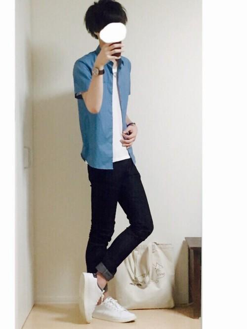 青シャツ×白T×デニム