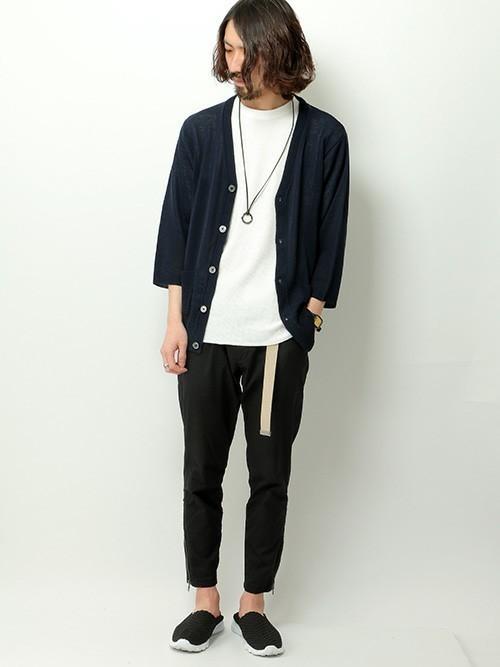ネイビーカーデ×白T×黒パンツ×革紐ネックレス