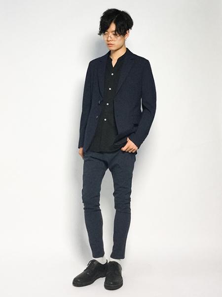 ネイビージャケット×黒シャツ×ネイビーパンツ