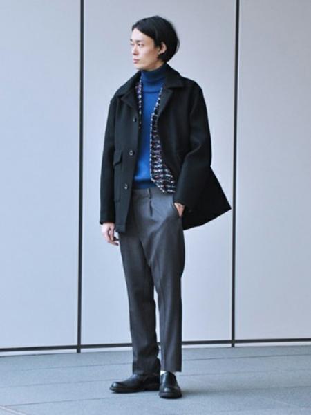 黒コート×青ニット×グレーパンツ