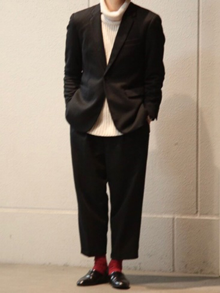 黒ジャケット×白タートルネック×黒パンツ