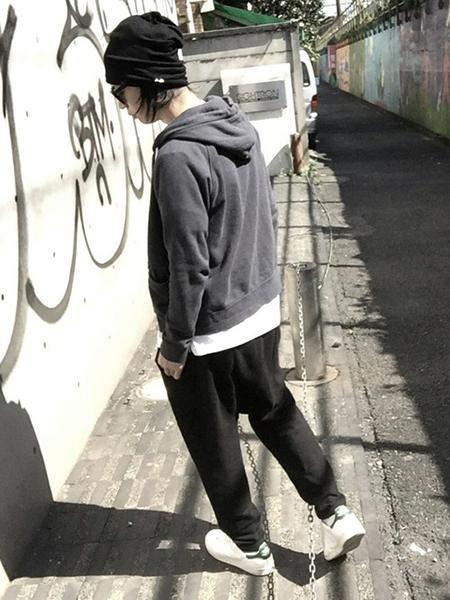 黒パーカー×白T×黒スウェットパンツ